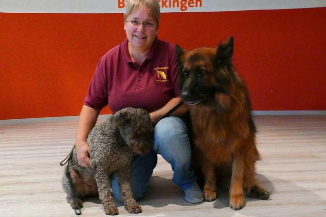 Daniela Saig mit zwei Bettwanzenspürhunden.  | Foto: Martin Köpfer