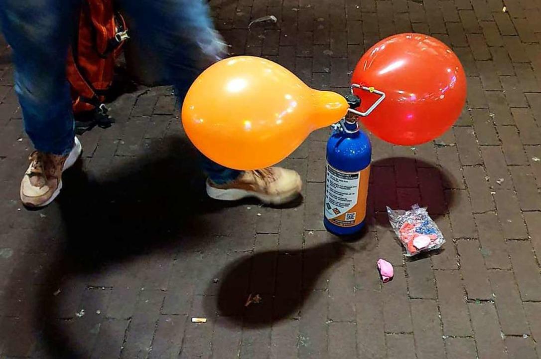 Mit Lachgas gefüllte Luftballons werde...vierteln von Straßenhändlern verkauft.  | Foto: Annette Birschel (dpa)