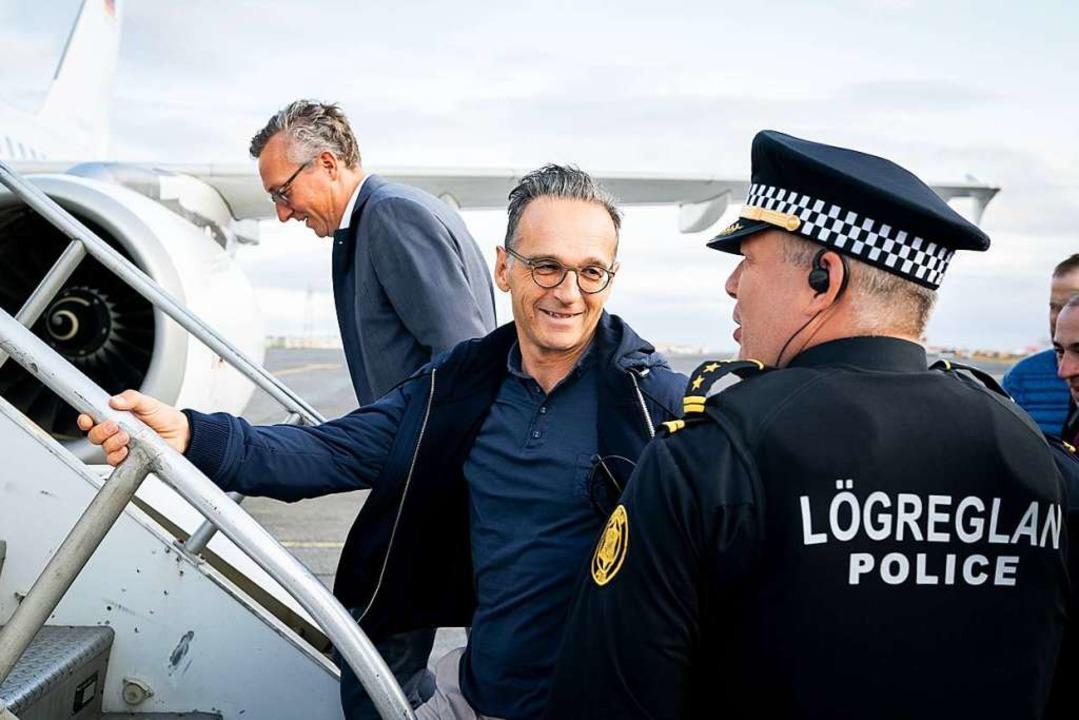 Gestandet, aber gelassen: Maas verabsc...vik von einem isländischen Polizisten.  | Foto: Kay Nietfeld (dpa)