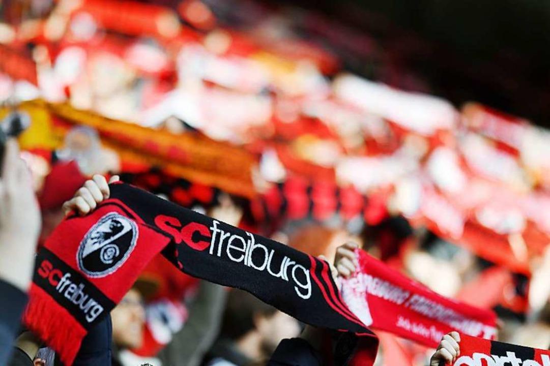 Fans sollten lieber auf den Rängen bleiben – sonst kann es teuer werden.    Foto: Patrick Seeger