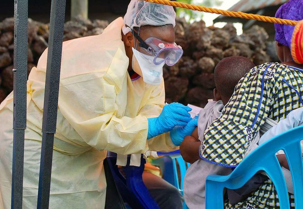 Eine Krankenschwester impft in Goma ein Baby  | Foto: AUGUSTIN WAMENYA (AFP)