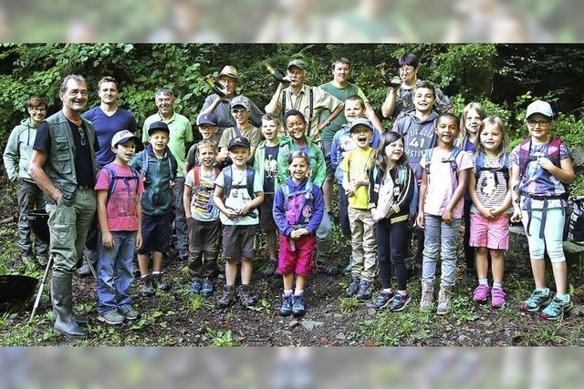 Kinder lernen den Wald und das Wild kennen