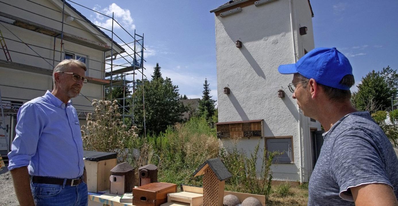 Christoph Herder (rechts) vom Nabu erl...er das Konzept des Bugginger Ökoturms.  | Foto: Volker Münch