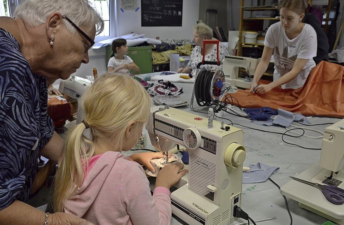 Die Kids haben bei den Angeboten die f...– die Nähwerkstatt ist beliebt.   | Foto: Horatio Gollin