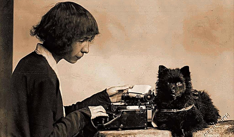 Mit Schreibmaschine und Hund: Alma Karlin   | Foto: Aviva Verlag