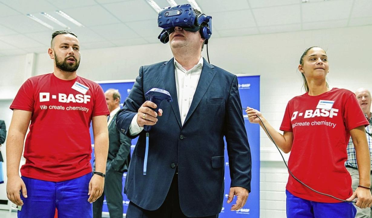Hubertus Heil, Bundesminister für Arbe...eise einer Virtual-Reality-Brille aus.  | Foto: Uwe Anspach (dpa)