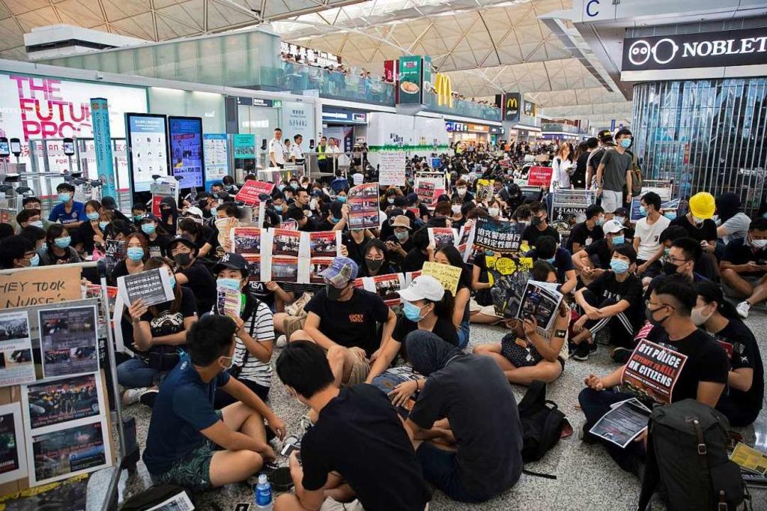 Sitzblockaden am Airport.  | Foto: Vincent Thian (dpa)