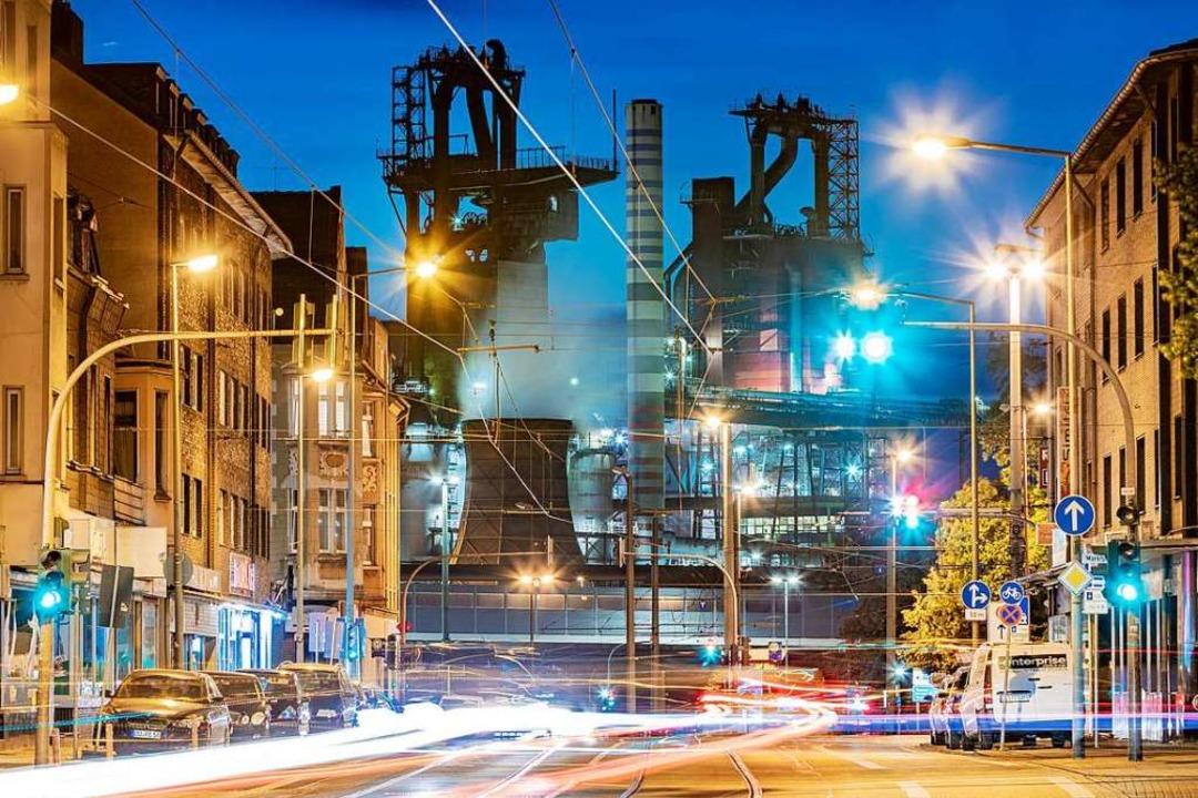 ThyssenKrupp zählt zu den Schwergewich...Duisburg hinter einer Straße zu sehen.  | Foto: Marcel Kusch (dpa)