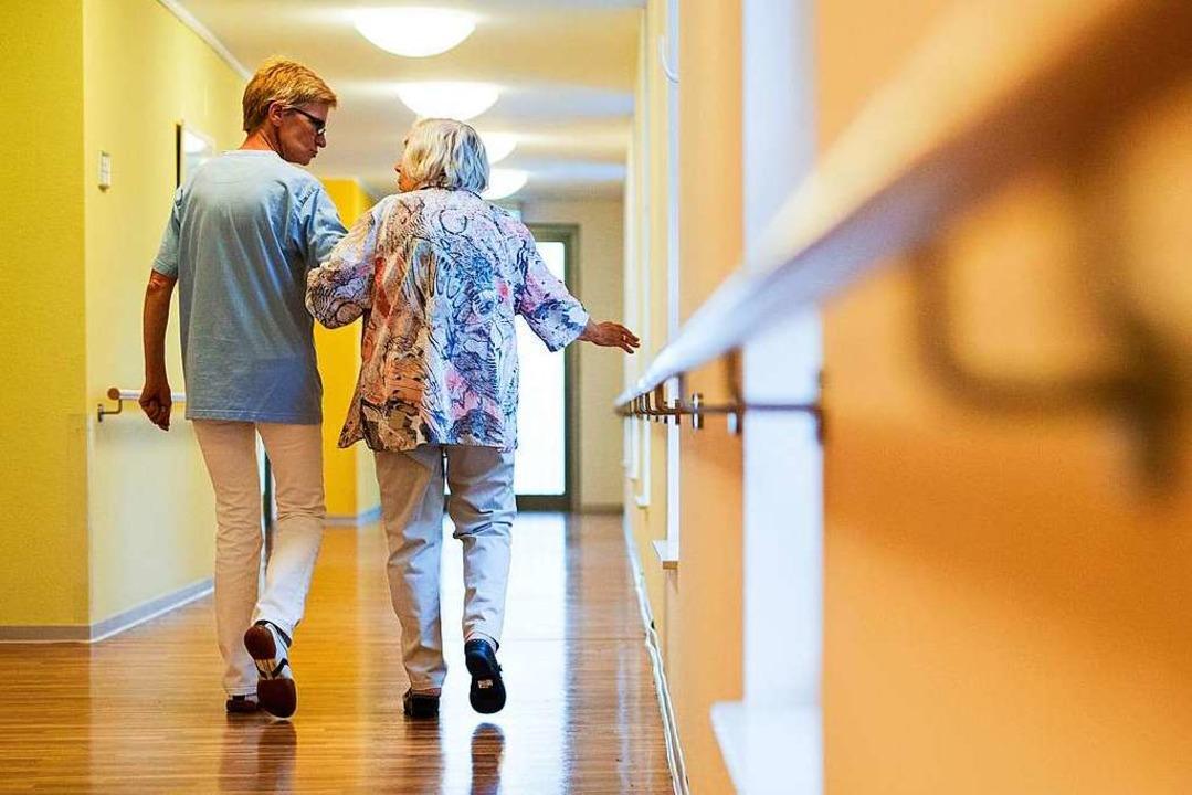 Wenn Eltern ins Pflegeheim müssen, bed... aber nur, wenn sie Topverdiener sind.  | Foto: Christoph Schmidt (dpa)