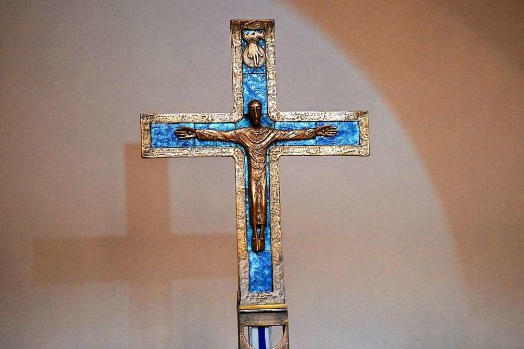 Das Kreuz im Oratorium hängt seit der Renovierung nicht mehr an Ketten.  | Foto: Rita Eggstein