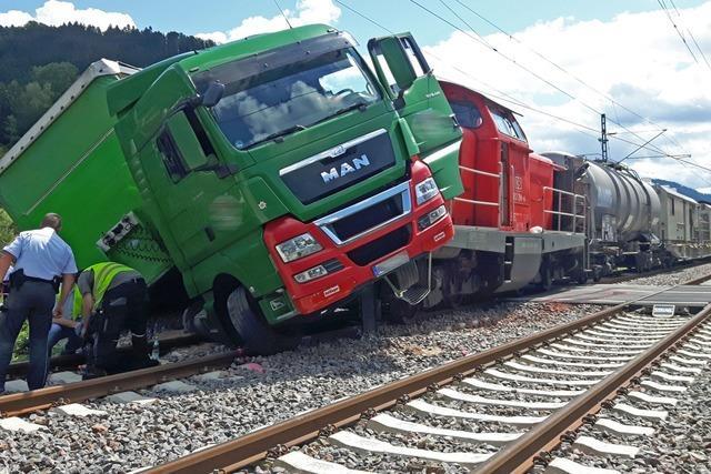 Lok eines Güterzuges prallt auf Lastwagen und entgleist – Bahnstrecke blockiert