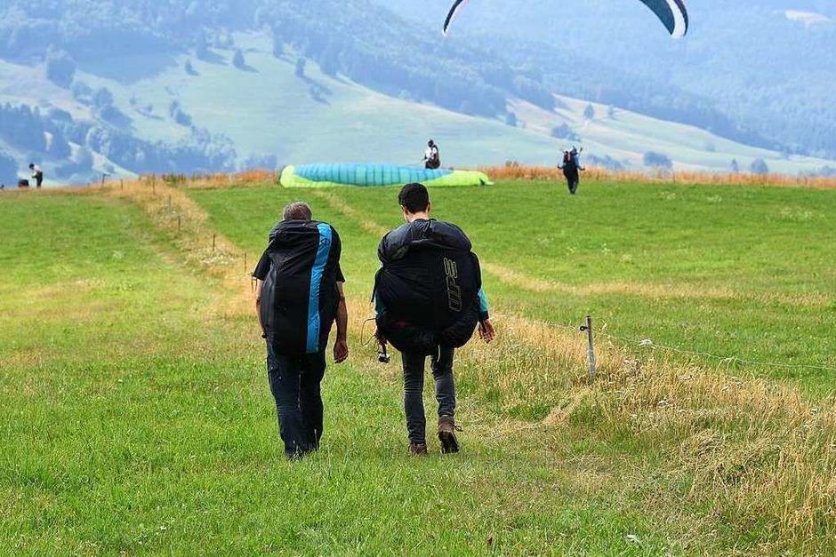 """Auf dem Ehrsberg sind Fluglehrer Walter Wagner von """"Skymaster Paragliding"""" aus Schönau und BZ-Redakteur Joshua Kocher nicht die Einzigen, die mit dem Gleitschirm fliegen wollen. (Foto: Jonas Hirt)"""