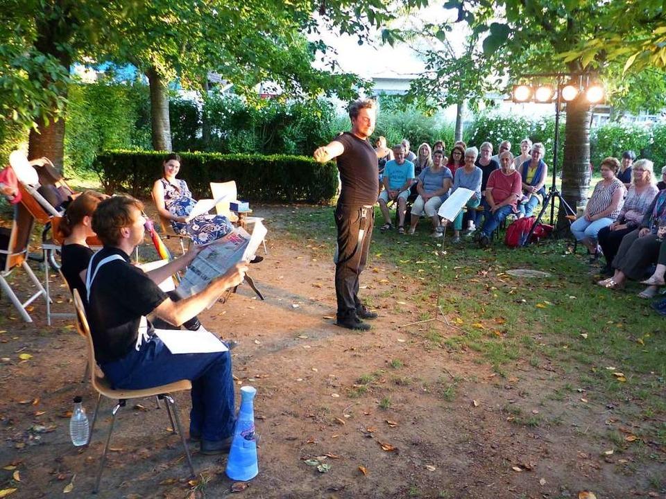 Die Schauspieler des Theaters Flügelschuh unterhalten ihr Publikum.  | Foto: Claudia Bachmann-Goronzy