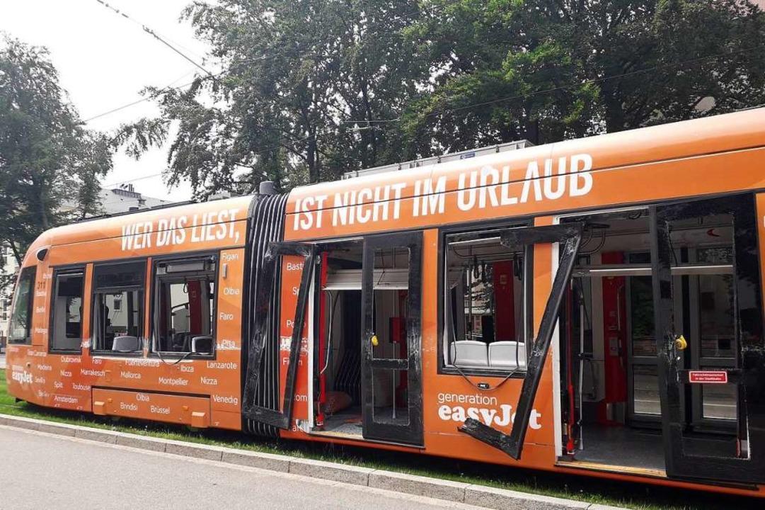 Eine Straßenbahn mit Easyjet-Werbung n...auf der Habsburgerstraße im Juni 2018.  | Foto: Fabian Vögtle