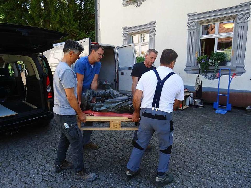 Vier Männer waren nötig, um sie ins Schloss zu tragen.  | Foto: Felix Held