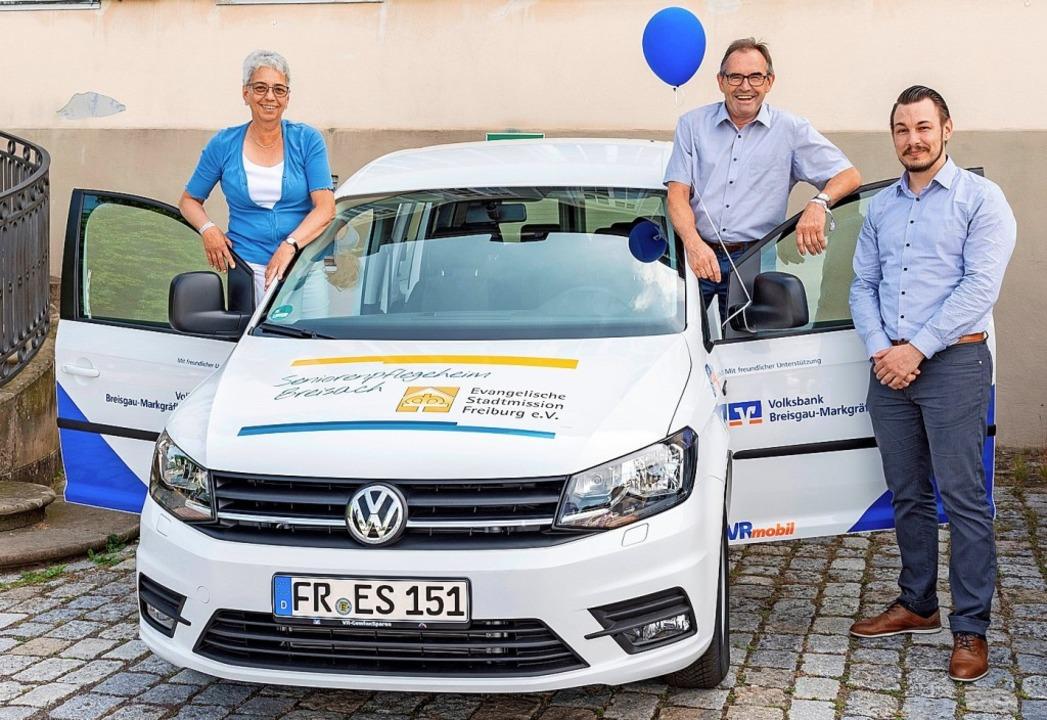 Ilona Kromer, Alois Lupfer und Dominik...isach  freuen sich über das neue Auto.  | Foto: privat