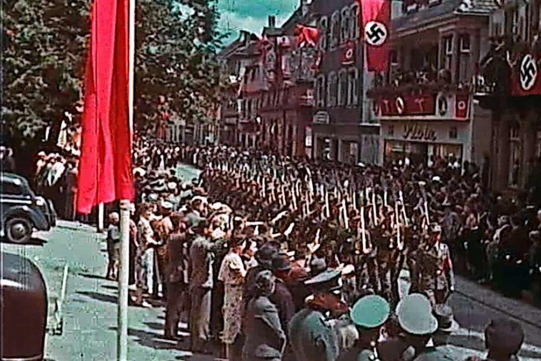 Die Nationalsozialisten marschieren über den Urteilsplatz.  | Foto: Jörg Reitmeyer