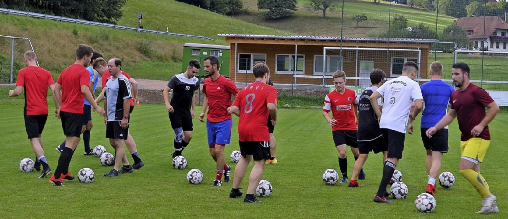 Enge Ballführung beim Training des SVB...ge mit Trainer Roland Wernet (5.v.l.)   | Foto: Nikolaus Bayer