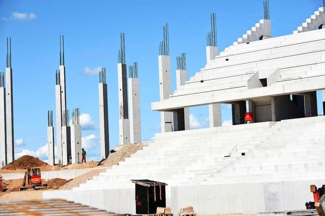 Die Osttribüne ist zu großen Teilen fe... Dach für die neue Arena angeliefert.   | Foto: Rita Eggstein