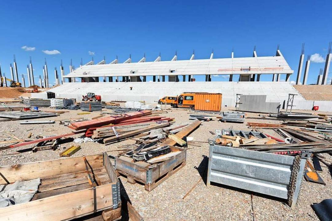 Die Osttribüne des neuen SC-Stadions ist in großen Teilen fertig.  | Foto: Rita Eggstein