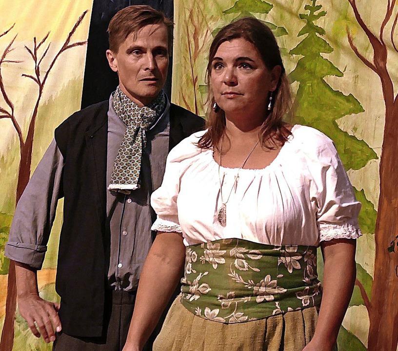 Hans (Burkhard Siegfried) und Marie (Nicole Philipp) schwören sich ewige Treue.   | Foto: Claudia Renk