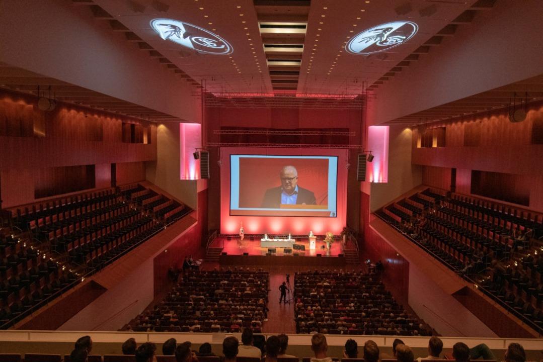 Fritz Keller bei der Mitgliederversammlung des SC Freiburg  | Foto: Patrick Seeger
