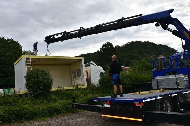 Grenzach-Wyhlen: Schwerlastkran holt Schulcontainer ab