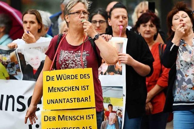 Fotos: Demonstration für das Kanderner Seniorenpflegeheim vor dem Landratsamt