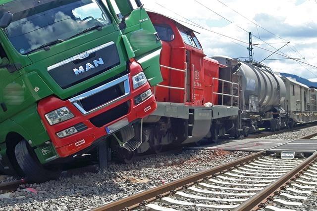 Schwarzwaldbahn nach Zusammenstoß von Lkw und Güterzug in Gutach eingleisig wieder frei