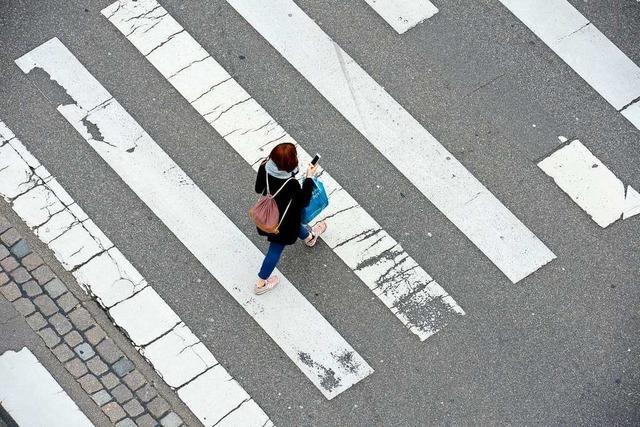 Autofahrer touchiert Fußgängerin auf Zebrastreifen in Lörrach