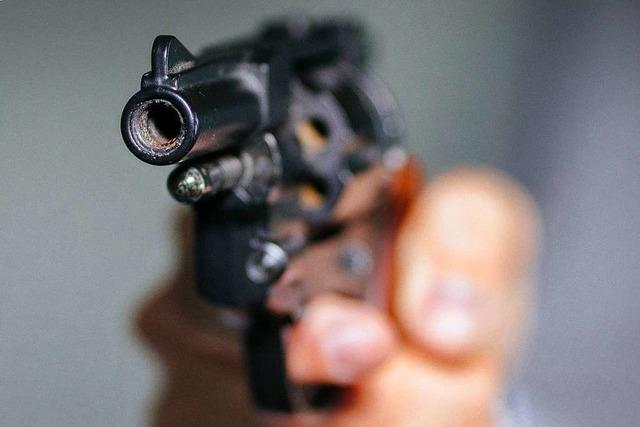 Mann hantiert in Zell am Fenster mit Pistole herum