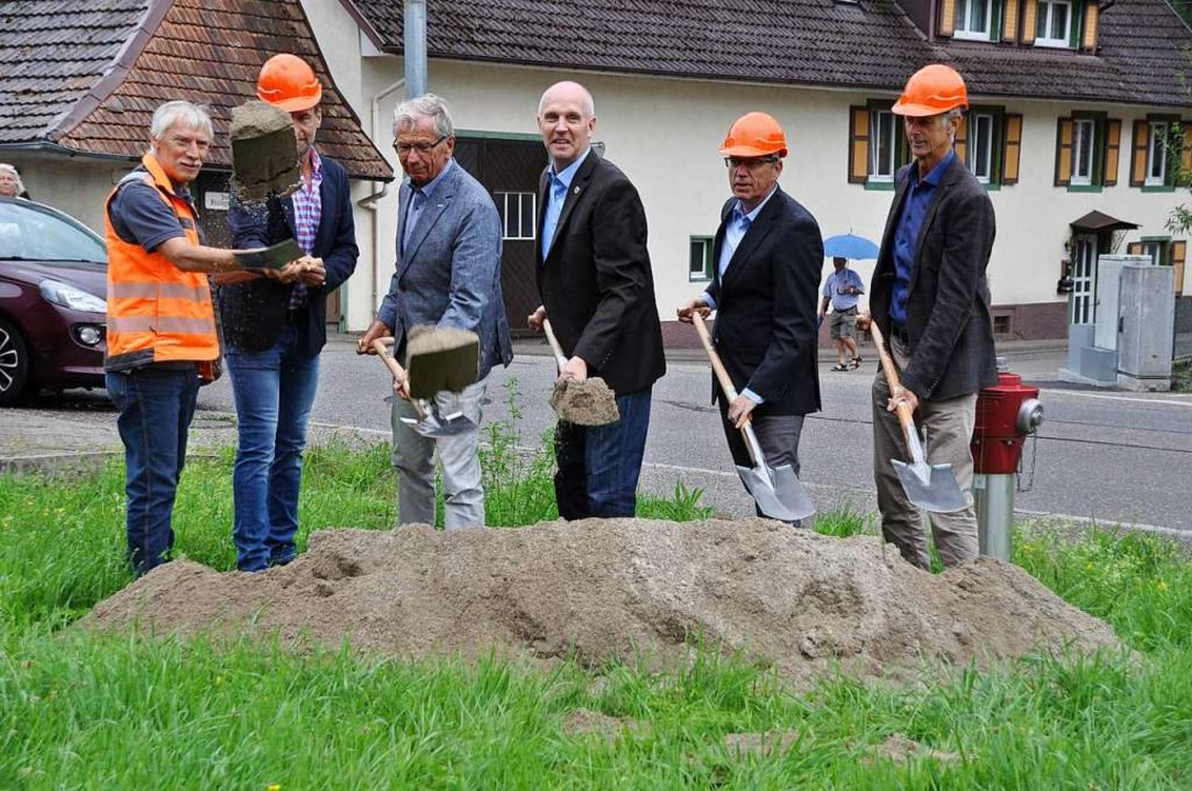 Im Beisein von Vertretern des Regierun...nstich den Startschuss der Bauarbeiten  | Foto: Rainer Ruther