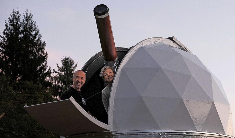 Achim Schaller mit einer Besucherin in der Sternwarte  Marzell   | Foto: Birgit-Cathrin Duval