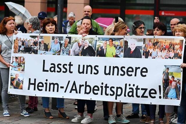 Fast 200 Menschen demonstrieren vor dem Landratsamt in Lörrach
