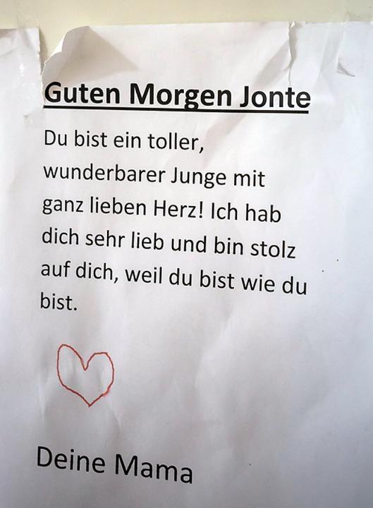 Jontes Mutter stärkt ihm den Rücken.  | Foto: Bernd Kramer