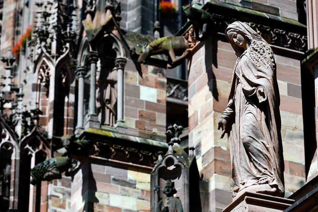 Die Marienfigur über der Renaissance-Vorhalle zeigt eine gütige Madonna.  | Foto: Thomas Kunz