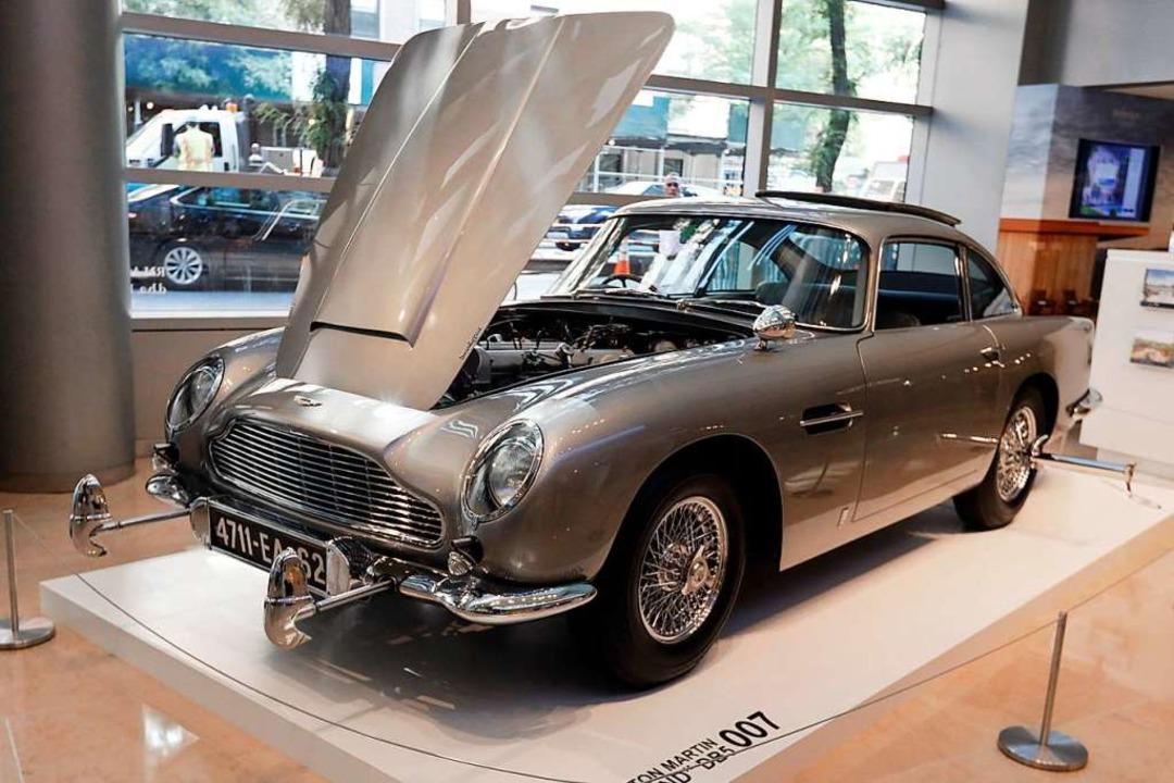 Der Innenraum des James Bond 1965 Aston Martin DB5 ist zu sehen.  | Foto: Richard Drew (dpa)