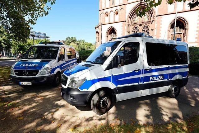 Polizei geht mit Kamerawagen und Drohne gegen Drogenhändler vor und erteilt Platzverweise