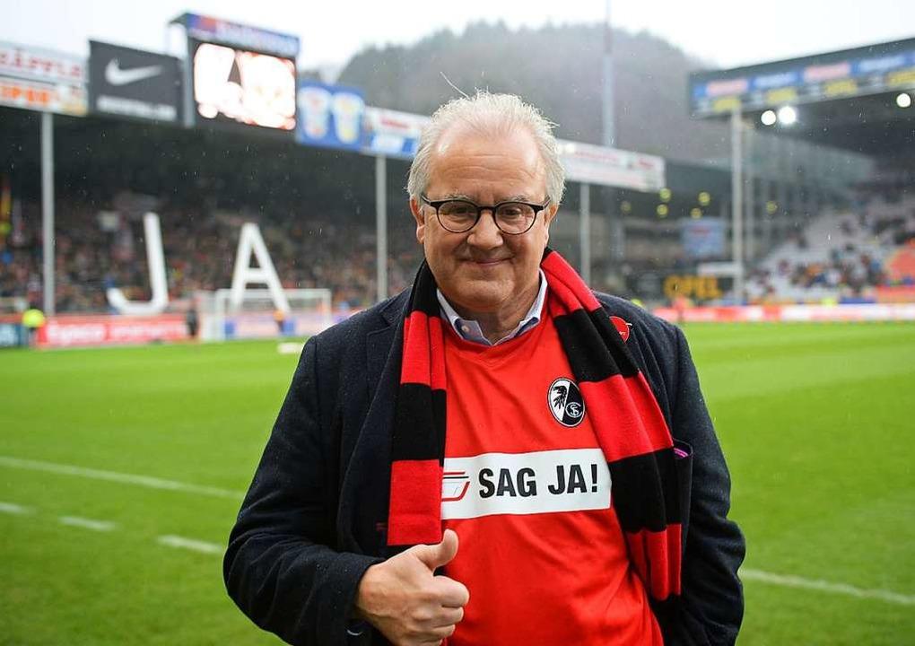 Fritz Keller  posiert mit einem Trikot...iftzug «Sag ja!» vor einem Spiel 2015.  | Foto: Patrick Seeger (dpa)