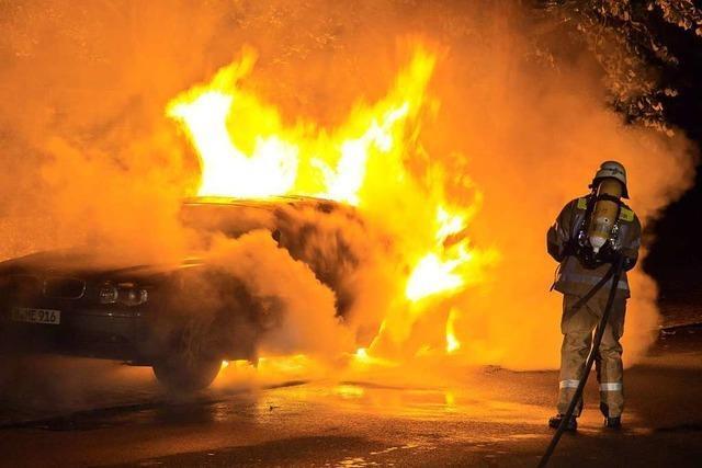 Auto rollte brennend auf den Parkplatz am Autohof