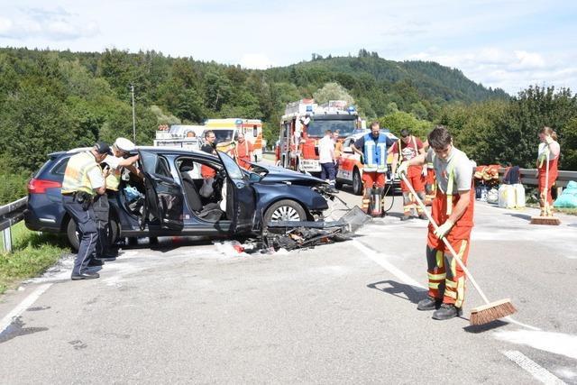 Limousine rast in Kleintransporter – drei Schwerverletzte bei Unfall bei Maulburg