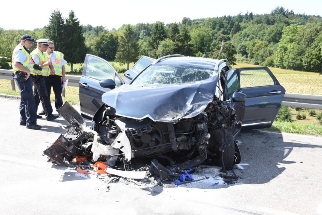 Die Polizei untersucht derzeit noch den genauen Unfallhergang  | Foto: Robert Bergmann