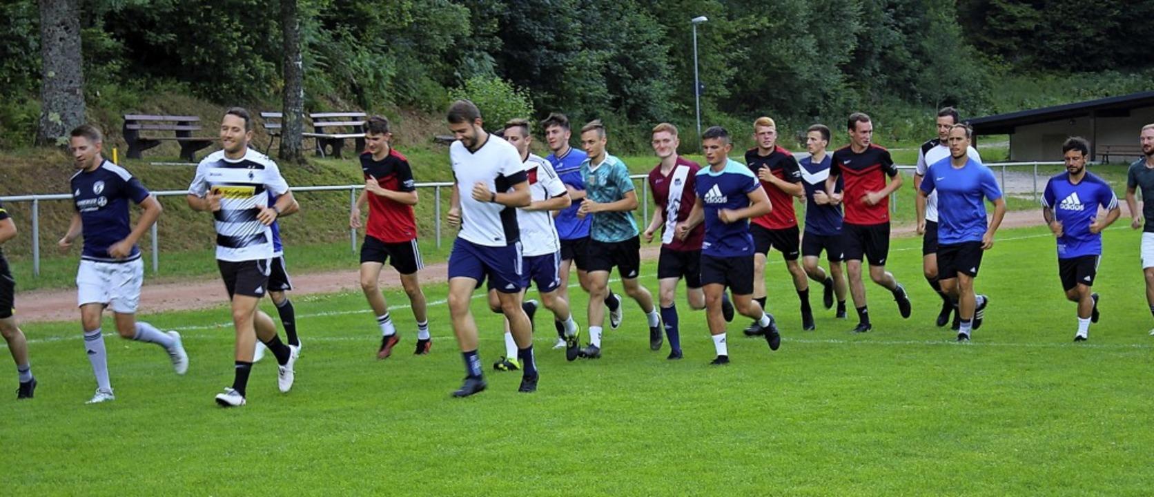 Das SG-Team beim Training auf dem Platz der Sportfreunde Obersimonswald   | Foto: Karin Heiß