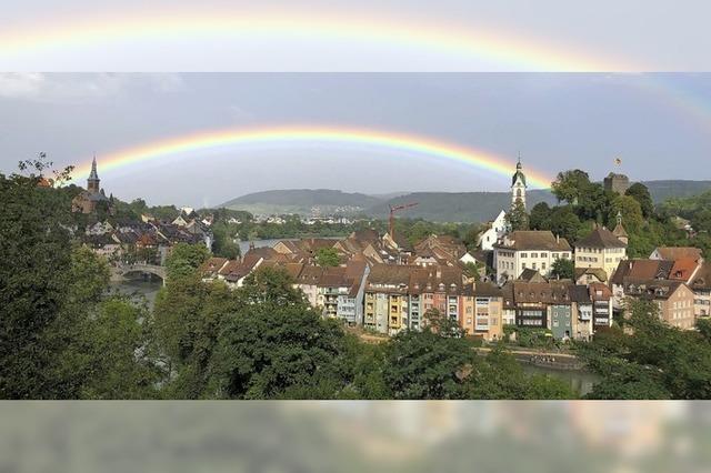 Farbenfroh und grenzenlos fließt's in Laufenburg