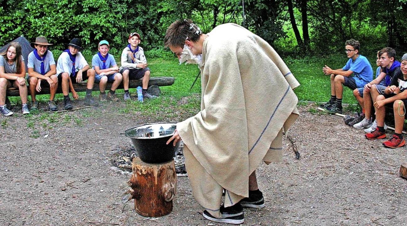 Miraculix braut im Zeltlager der Pfadfinder seinen Zaubertrank.   | Foto: Lukas Heitz