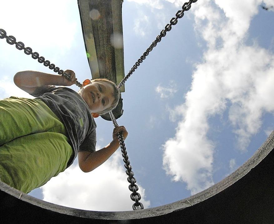 Ein Blick von unten durch die Reifenschaukel  | Foto: Leony Stabla