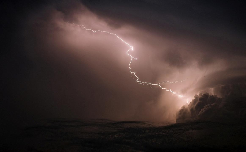 Gewitter können gefährlich sein. Bernh...hwere Schäden anrichtete (Symbolbild).  | Foto: Ole Spata