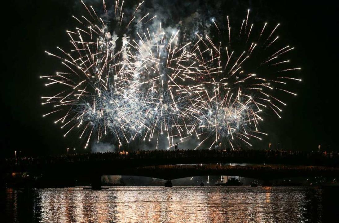 Ein Feuerwerk bei Seenachtsfest in Konstanz.  | Foto: Karl-Josef Hildenbrand (dpa)