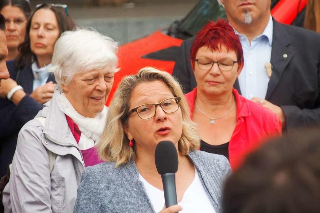 Die Bundesumweltministerin im Gespräch mit Bürgern in Freiburg.  | Foto: Markus Donner