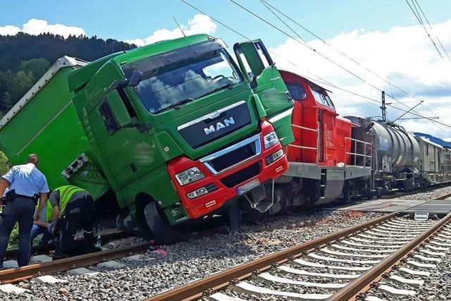 Schwarzwaldbahn-Strecke nach Kollision von Lkw und Güterzug wieder frei